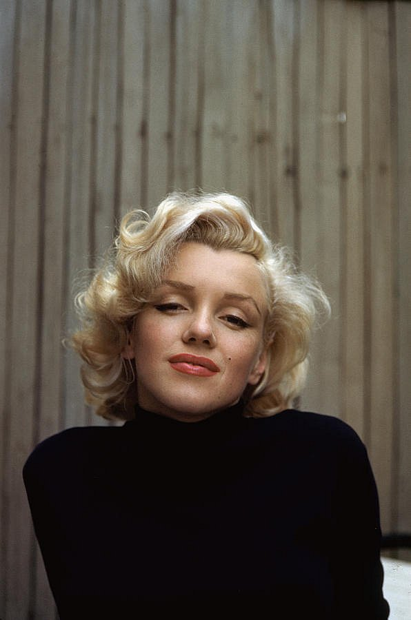 1-marilyn-monroe-on-patio-outside-of-her-alfred-eisenstaedt.jpg